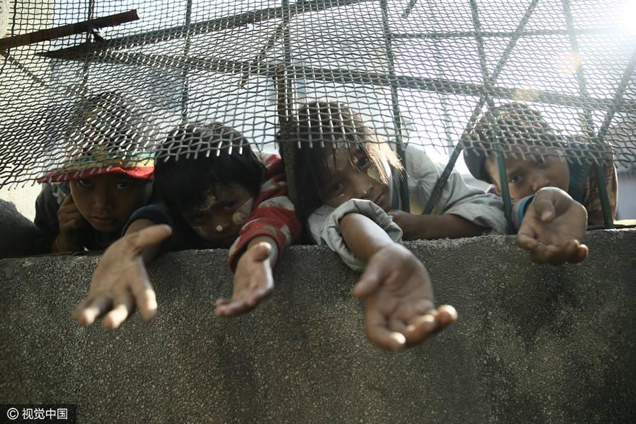 缅甸难民为避战乱涉水来中国生活