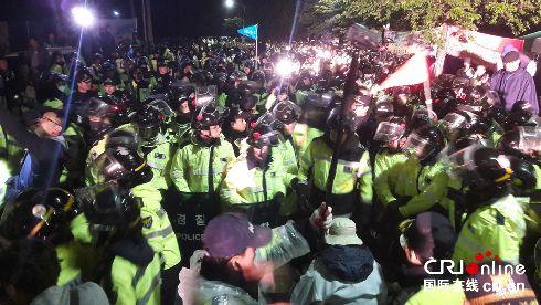 驻韩美军部署萨德韩国民众抵抗对峙