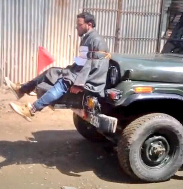 """印度军车用""""人肉盾牌""""阻挡民众投掷石块"""