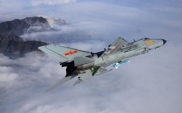新疆军区J-8DF战机在高原进行全天候飞行训练