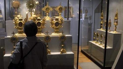 欧博物馆遭劫!镶嵌千余颗宝石皇冠失窃