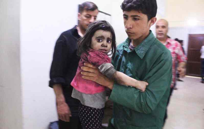 令人心疼!叙利亚儿童空袭中受伤痛哭
