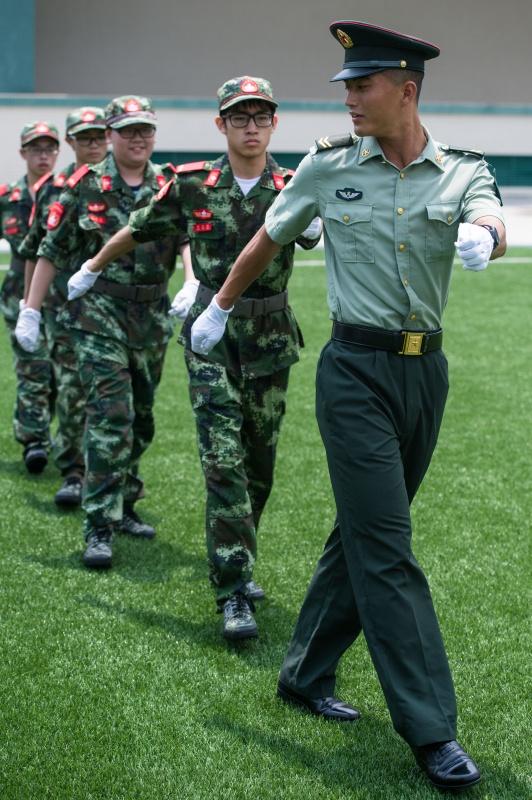 向兵哥兵姐看齐 澳门中学生参加国旗手训练营