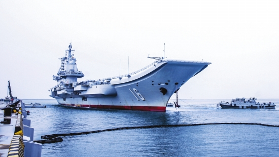 辽宁舰圆满完成跨区机动任务返回青岛母港