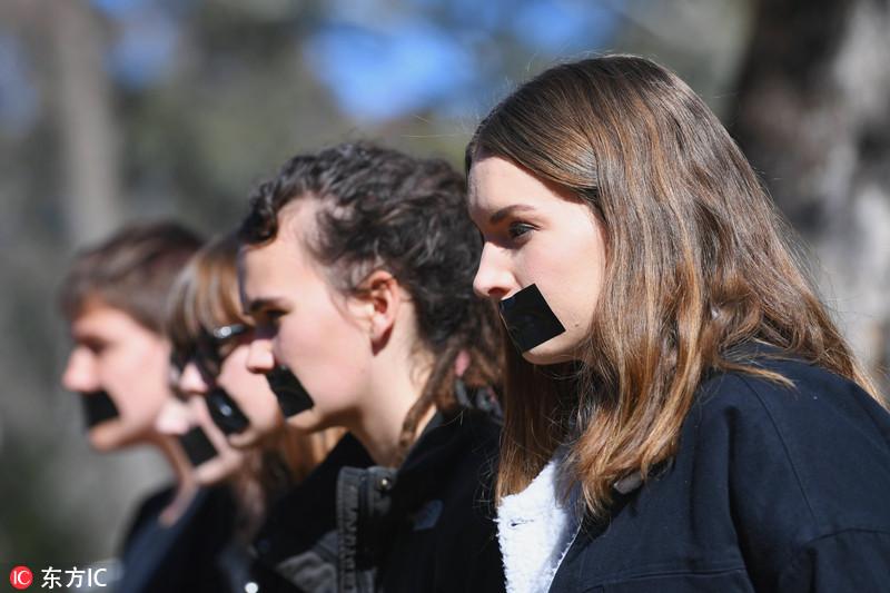 澳洲大学生嘴贴黑胶 抗议校园性侵