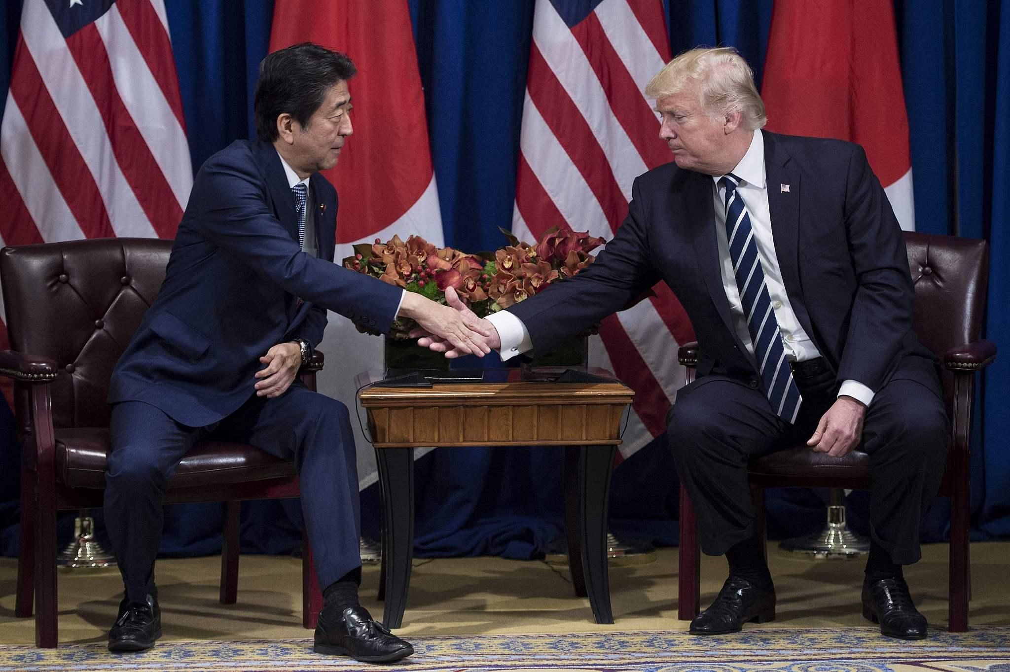 特朗普安倍会晤两人尴尬握手气氛微妙