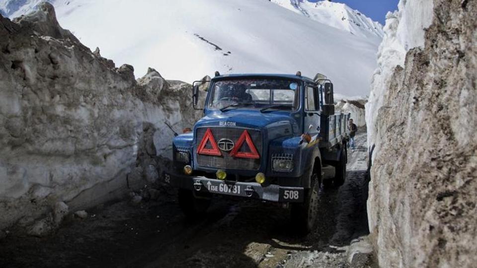 印军采购100多台挖掘机 准备在中印边境修路