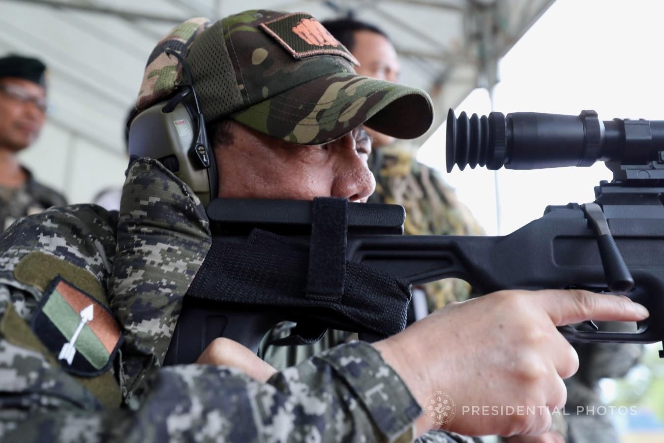 杜特尔特试用中国狙击枪射击