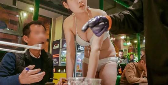 上海烤肉店女服只穿比基尼!堕落还是创意?