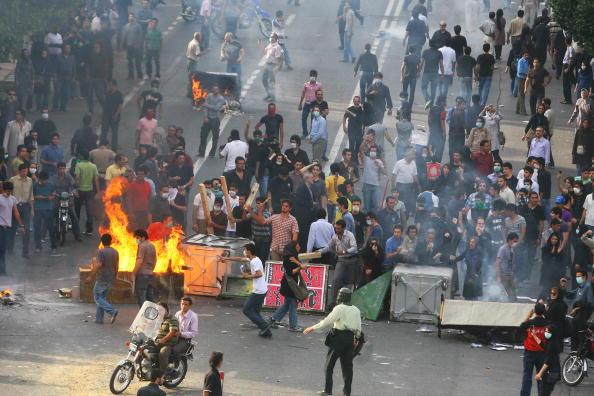 伊朗抗议者向警方开枪 致警察1死3伤