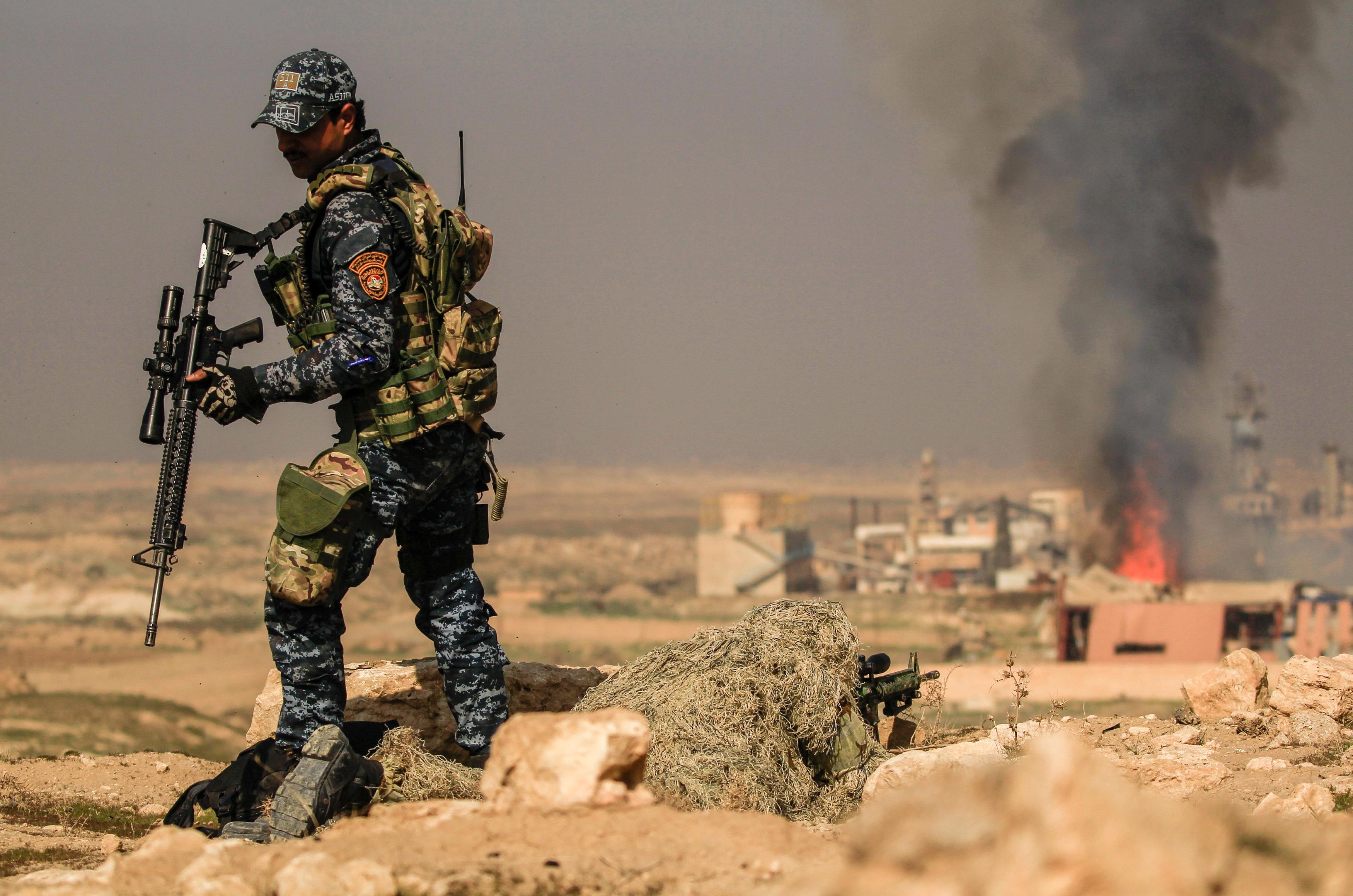 军事战乱下的伊拉克摩苏尔困境中前行