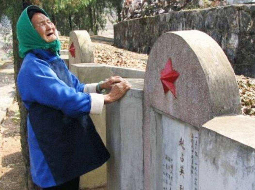 一张扫墓照片感动亿万国人的英雄妈妈走了