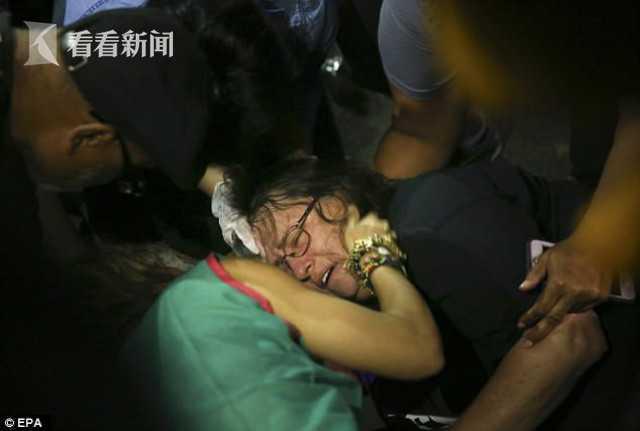 美六旬老妇抗议警察被警车撞飞 警车逃离现场
