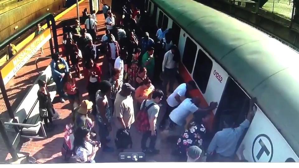 美国女子腿被卡在站台 哭求别叫救护车称付不起钱
