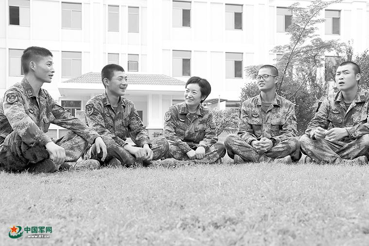 """从上校到列兵,看一位女教员的""""人生拉练"""""""
