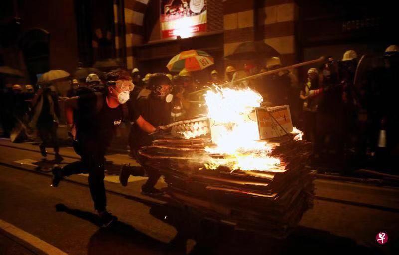 """港警谴责示威者""""暴力升级""""有人当街纵火"""