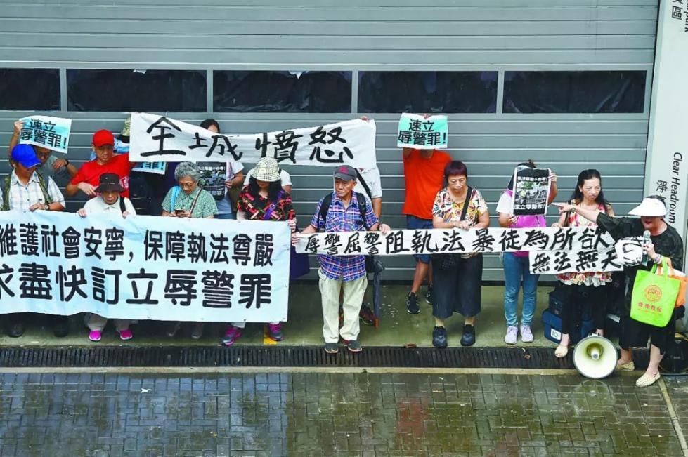 反制香港的歪风,靠他们!