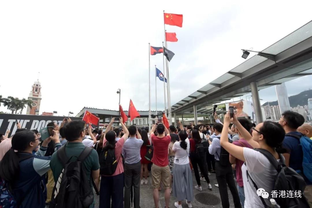 大快人心 涉嫌侮辱��旗的暴徒抓住了!