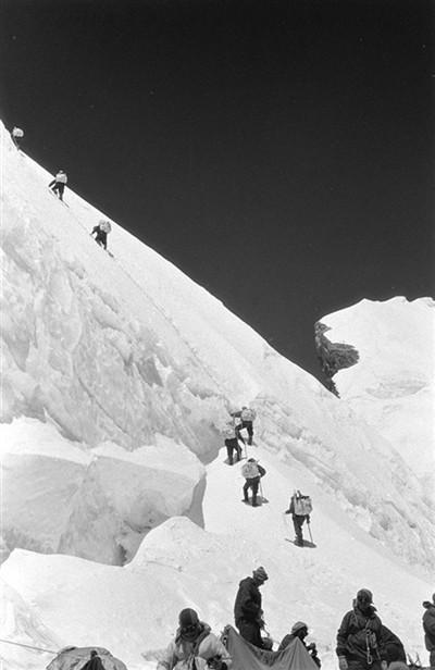 《攀登者》原型讲述登顶珠峰故事