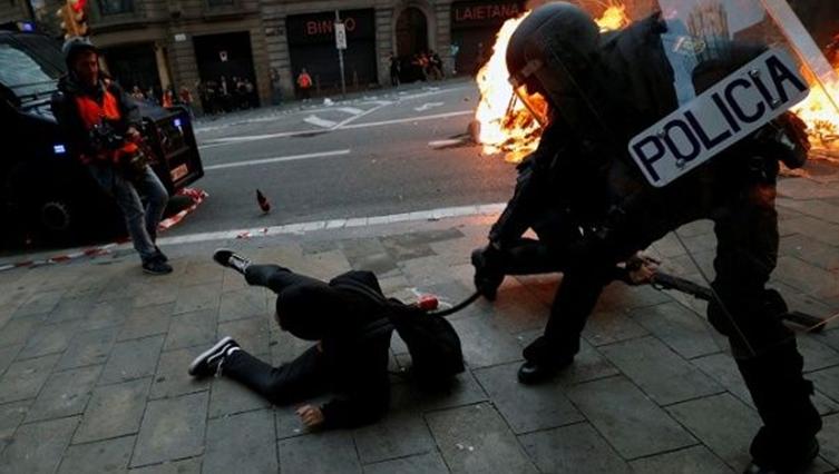 在欧洲与拉美,直击警察重拳处置暴力示威