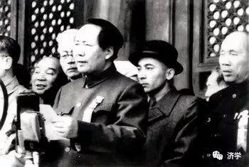 毛主席把维族将军请回家教导毛岸英毛远新