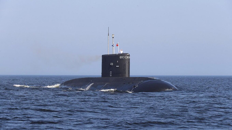 美潜艇在俄附近现身后,美国海岸突然浮出俄军潜艇