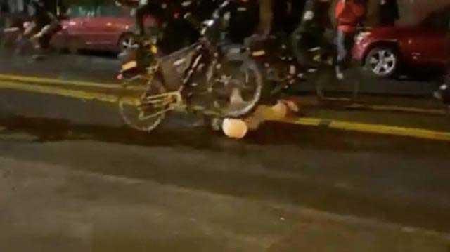 令人震惊的一幕抗议者受伤倒地,警察毫不夷由从其头上碾过