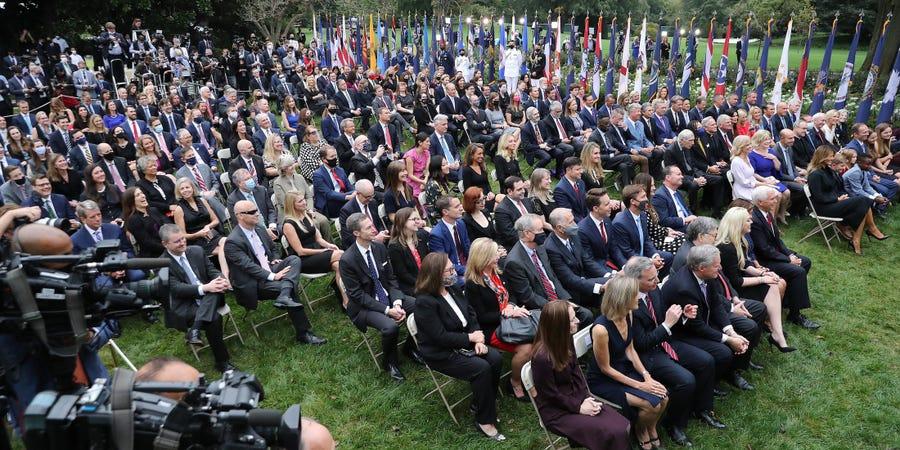 在白宫提名大法官的发布会上,零星数位宾客佩戴口罩。(图源:Getty Images)
