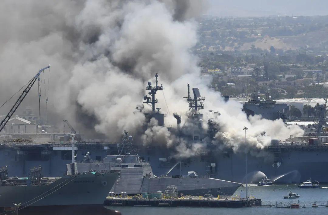 ▲7月12日,一艘美军两栖攻击舰发生火灾,加利福尼亚州圣迭戈海军基地起火冒出浓烟。新华社/美联