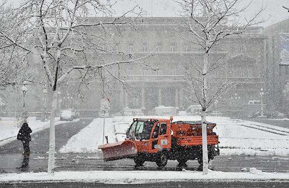 2020年3月24日,塞尔维亚贝尔格莱德,清障车在街头铲除积雪。图|视觉中国