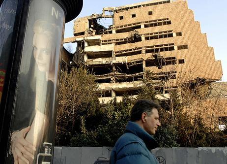 2008年2月19日,塞尔维亚贝尔格莱德市中心,一幢建筑在科索沃战争期间被空袭摧毁。图|新华社