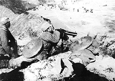 1937年9月,八路军在平型关阻挡日军攻势,首次集中较大兵力对日军进行一次成功伏击战,取得平型关大捷。图为八路军115师战士在平型关公路两侧伏击日军。(图片来源:新华社)