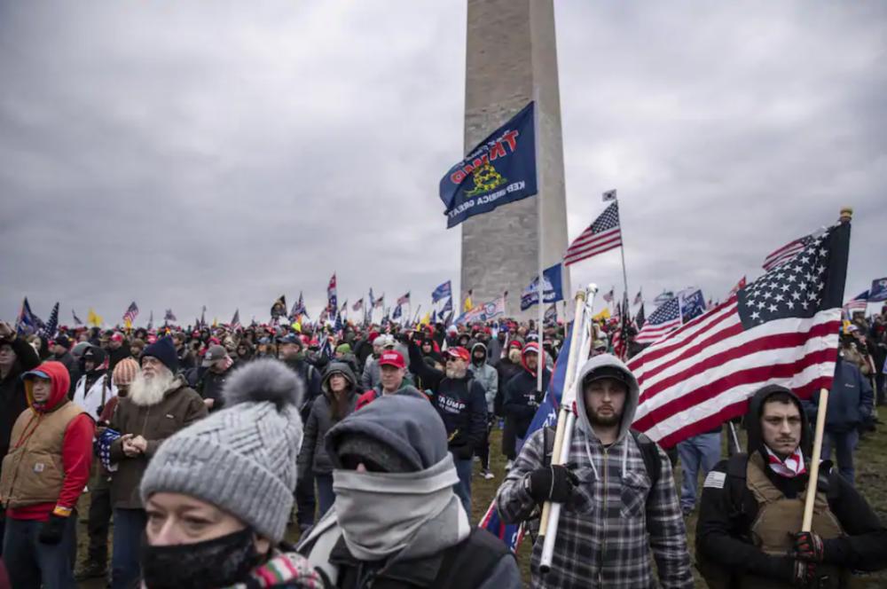 现场:示威者冲进美国国会 坐佩洛西椅子上摆拍