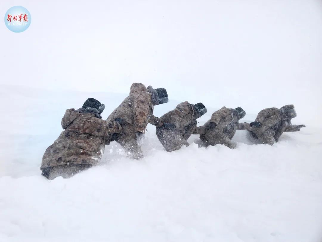 """零下40℃,齐腰深的雪……致敬,边防线上""""移动的界碑""""!"""