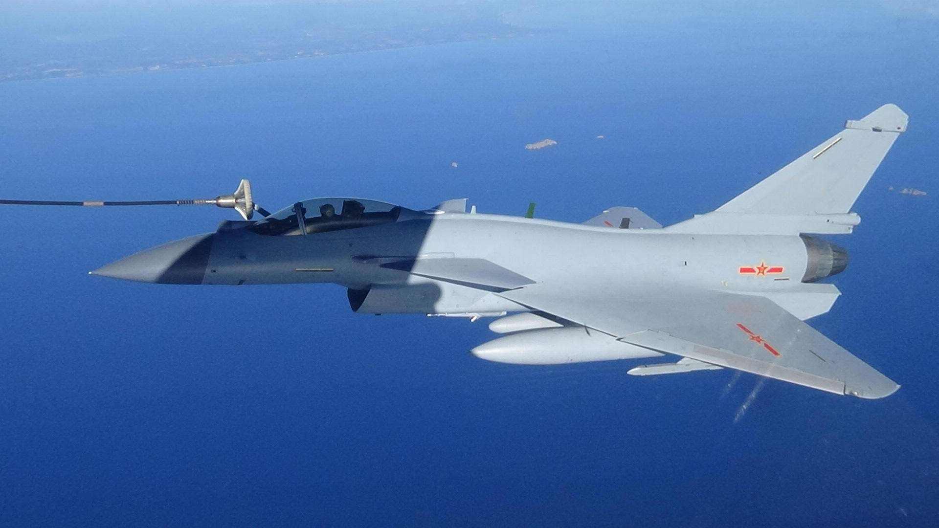 解放军出动大规模军机巡航台海