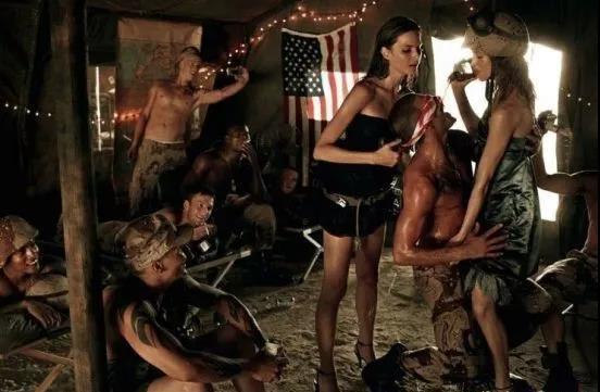 美国女兵:战友性侵比炮弹更可怕,为何还有中国女孩奋不顾身,去美国参军?