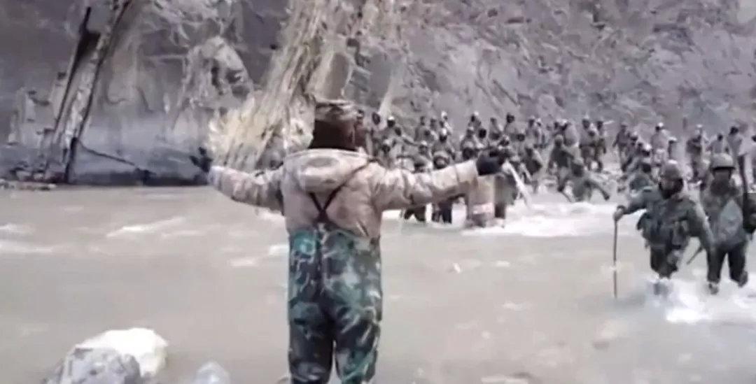 张开双臂阻挡数倍外军的英雄,不该遭到同胞的冷箭