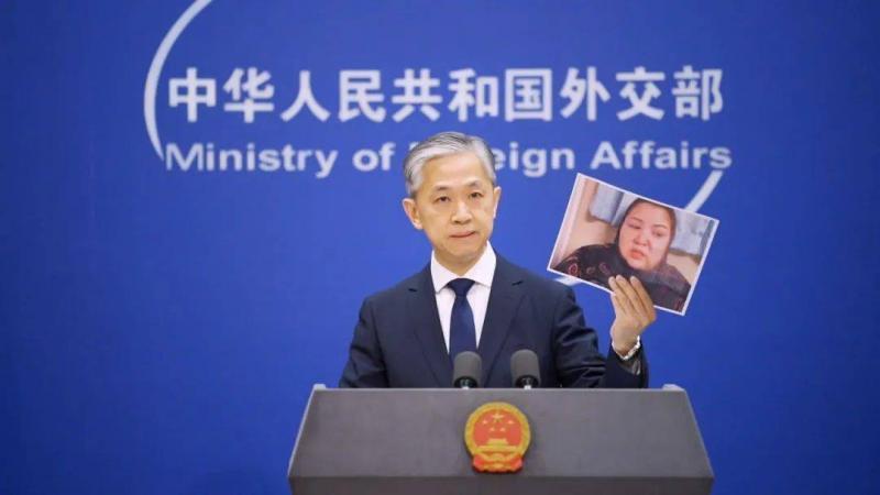 △外交部发言人汪文斌在例行记者会上揭露早木热·达吾提