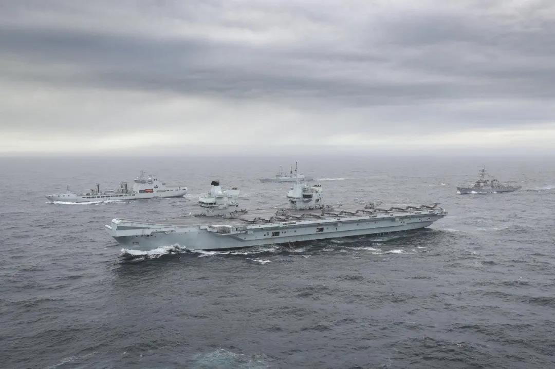 英国航母气势汹汹奔赴南海 半路100多人感染新冠